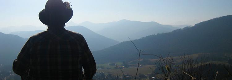 Silhouette Helmut Wittmann vor Bergkette